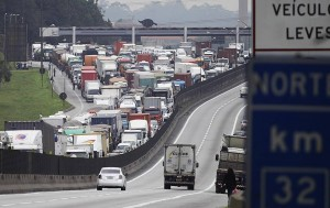 Congestionamento de caminhões no Porto de Santos... (Nelson Antoine/Fotoarena/VEJA)