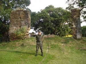 Um soldado, hoje, à frente das ruínas do Arraial Novo Bom Jesus - local da resistência em 1648