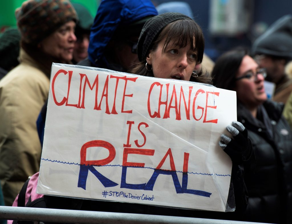 Protesto contra política do clima de Donald Trump: desaprovada por 76% dos americanos. AFP Photo/ Don Emmert