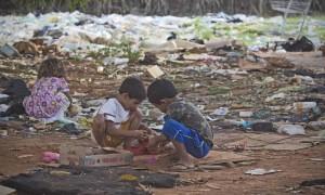 Crianças catam papel em Brasília