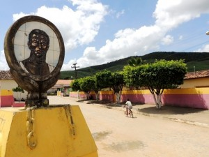 Imagem de Zumbi fica na praça de entrada do Quilombo Trigueiros, em Vicência (Foto: Renan Holanda/ G1)