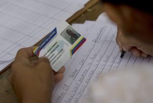 """Checagem dos eleitores por meio do """"carnê da pátria"""", nos pontos vermelhos, durante as eleições - foto Llano - AP"""
