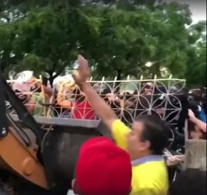 Momento exato da investida de Cid Gomes contra a multidão - ato tresloucado