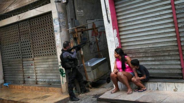Policial Carioca na Favela do Jacarezinho (Reuters/Ricardo Moraes)